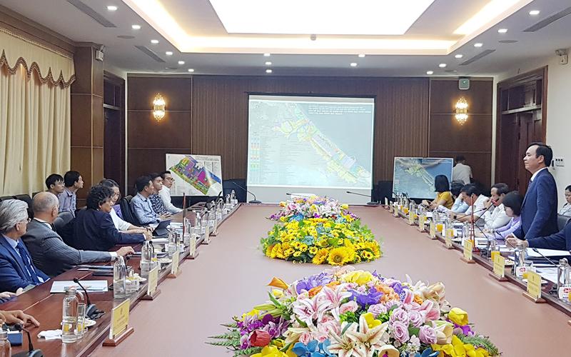 Chủ tịch UBND tỉnh Quảng Trị Võ Văn Hưng giới thiệu tiềm năng năng lượng của tỉnh với Công ty năng lượng Eni Việt Nam