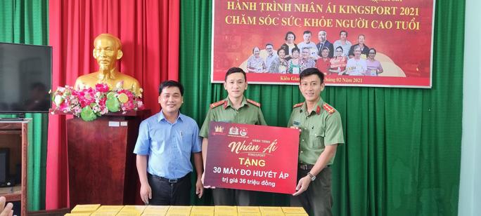 30 máy đo huyết áp được trao tặng đến Đoàn Thanh niên Công an tỉnh Kiên Giang