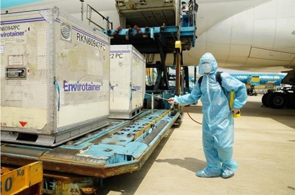 Việc tiếp nhận lô vắc-xin AstraZeneca đầu tiên được thực hiện xử lý theo đúng quy trình chuyên môn