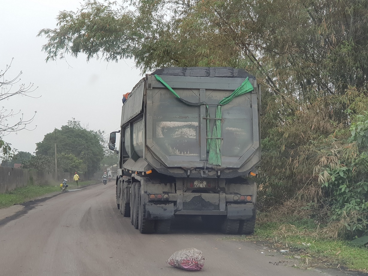 Một chiếc xe chở vật liệu phóng viên chụp được lúc 16h ngày 22/2/2021