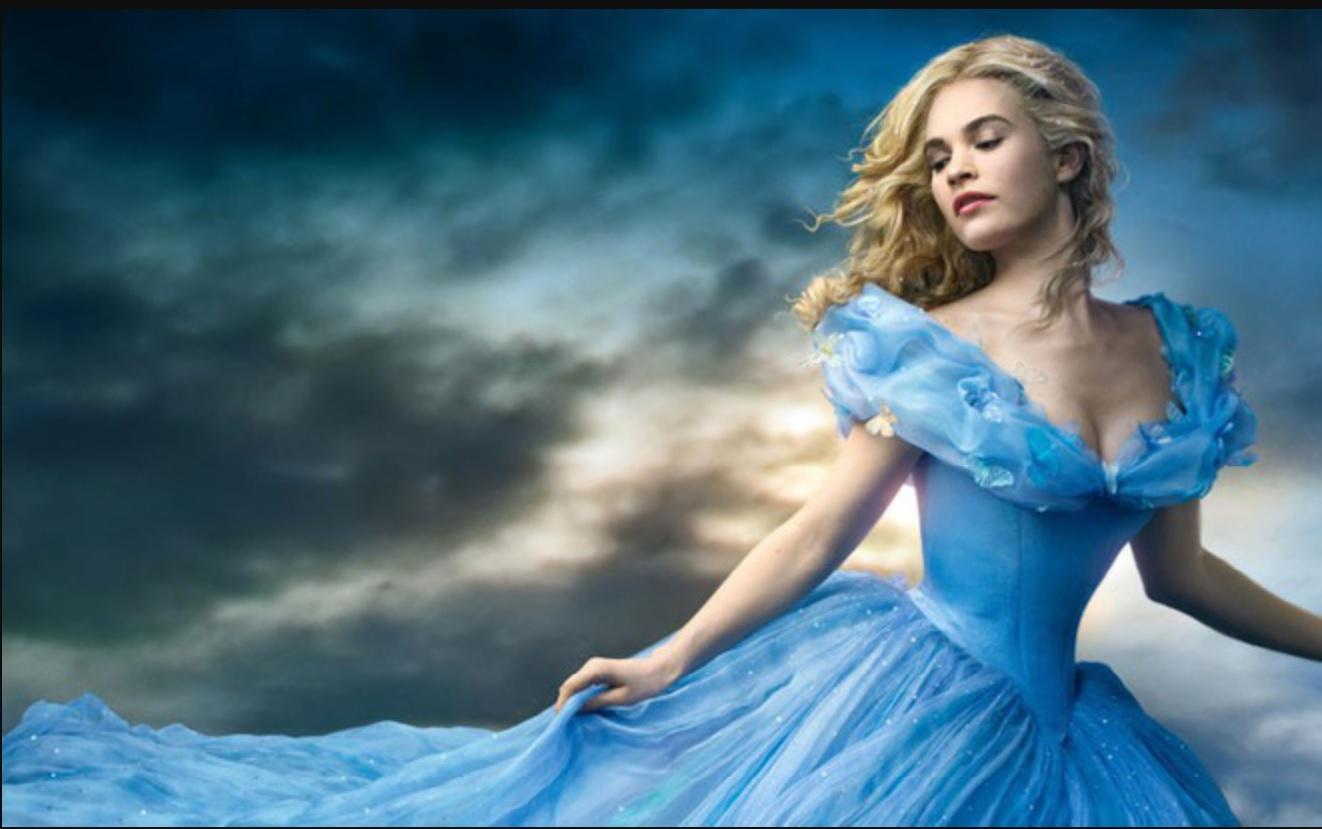 """Tham gia điện ảnh từ năm 2012, chỉ ba năm sau, Lily James đã được giao vai chính trong bom tấn cổ tích """"Cinderella"""", hóa thành nhân vật được hàng triệu bé gái qua nhiều thế hệ yêu mến là nàng Lọ Lem"""