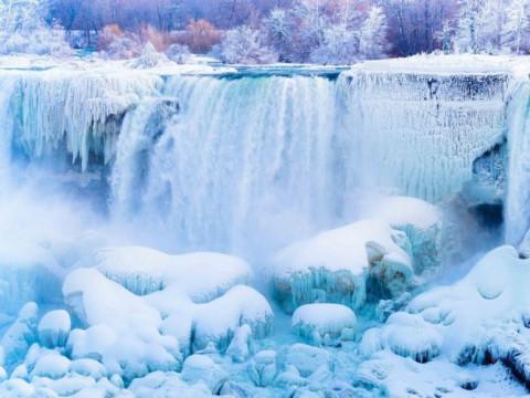 Thác Niagara (Bắc Mỹ) thu hút khách mỗi dịp Đông sang bởi cảnh tượng băng tuyết bao phủ
