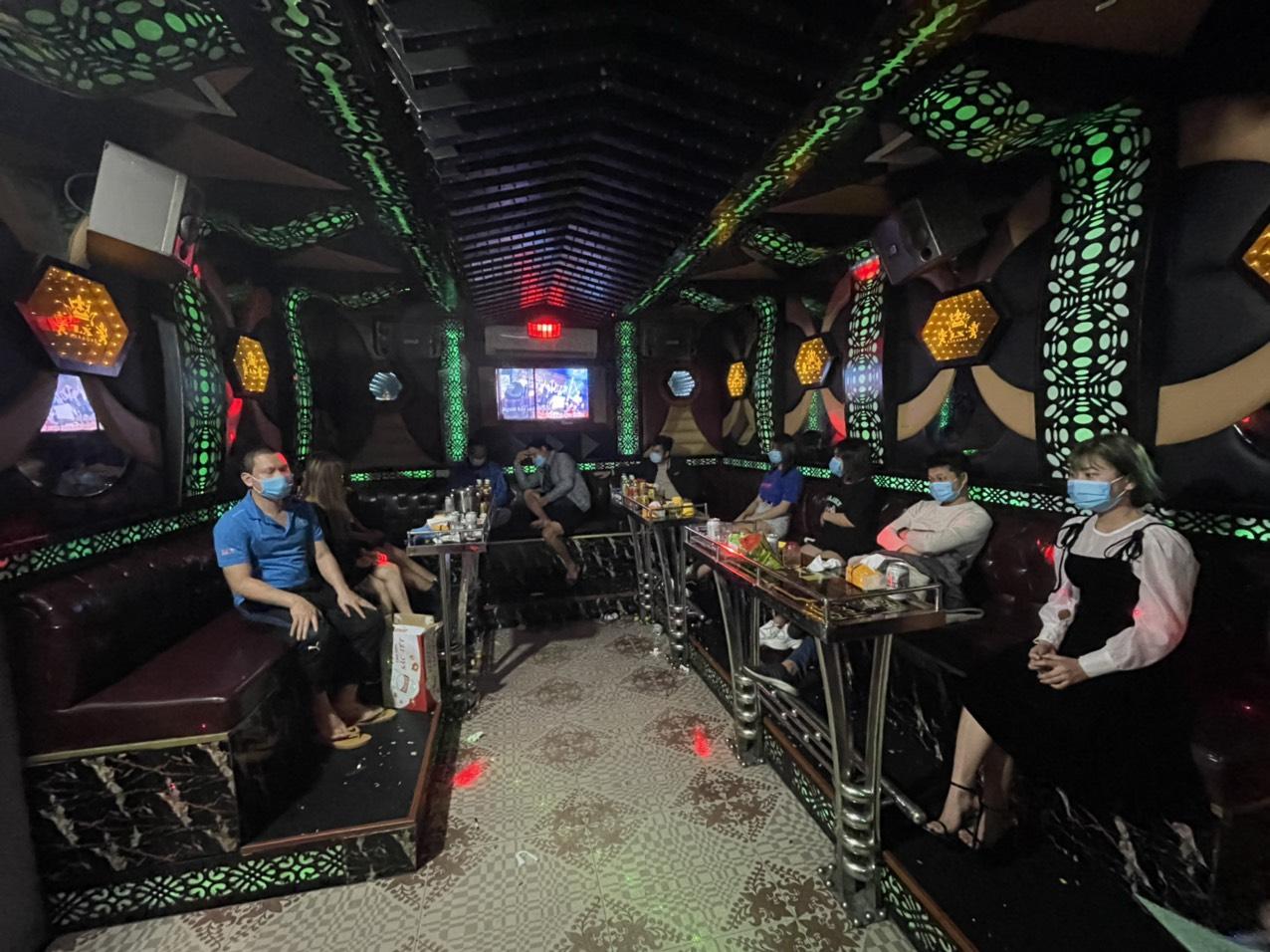 Tổ công tác phát hiện tại quán karaoke Xì Teen có 10 khách đang hát dù đang trong thời gian cấm do dịch Covid-19