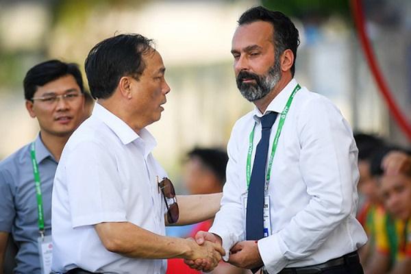 Chủ tịch CLB bóng đá TH (bầu Đệ) bắt tay chúc mừng tân HLV Fabio Lopez về dẫn dắt CLB Thanh Hóa.