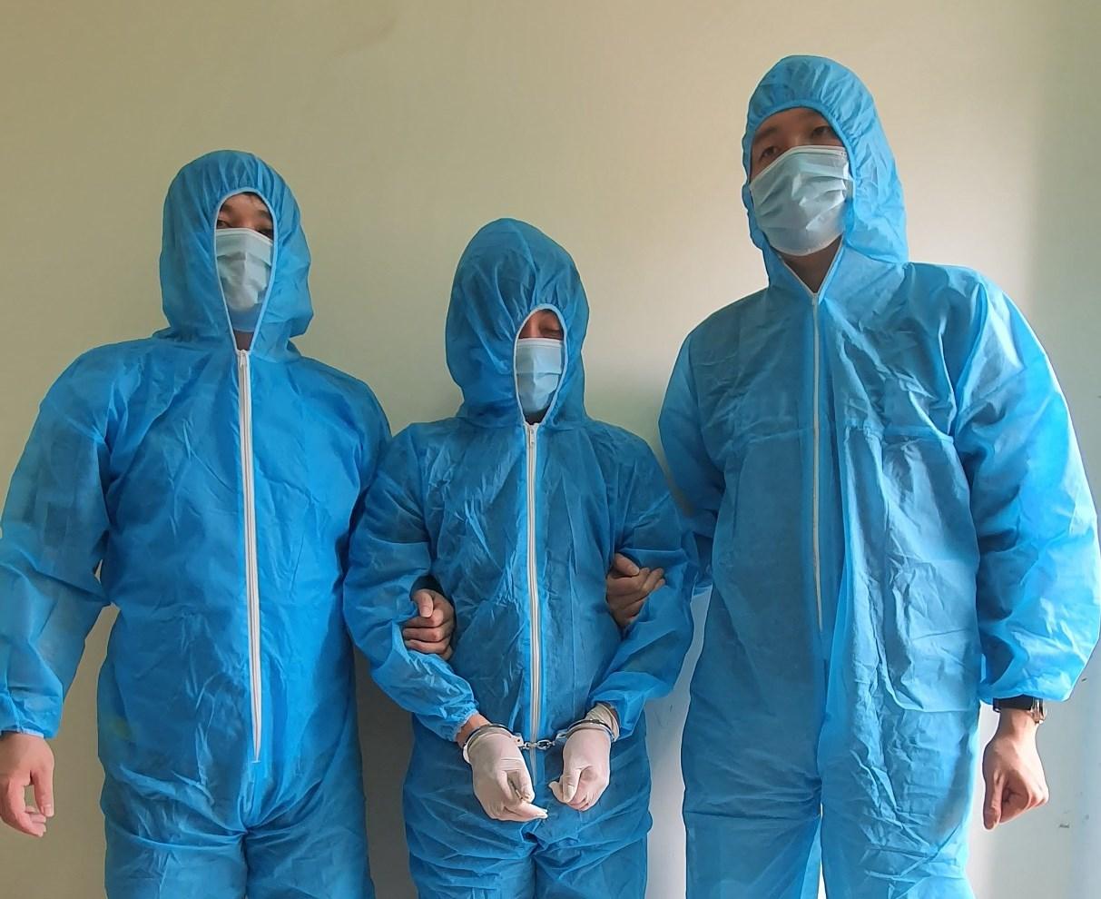 Cơ quan An ninh Điều tra, Công an tỉnh Quảng Ninh vận động đối tượng Lê Đức Đông( đứng giữa) ra đầu thú
