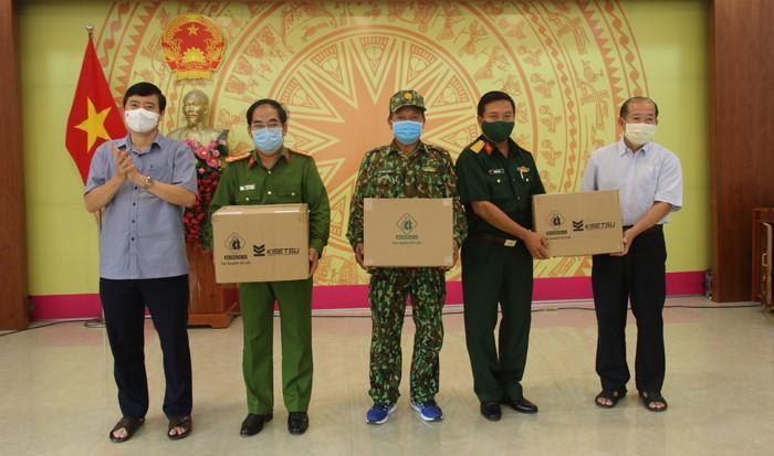 Lãnh đạo tỉnh trao vật tư y tế phục vụ phòng, chống dịch cho đại diện các lực lượng làm nhiệm vụ