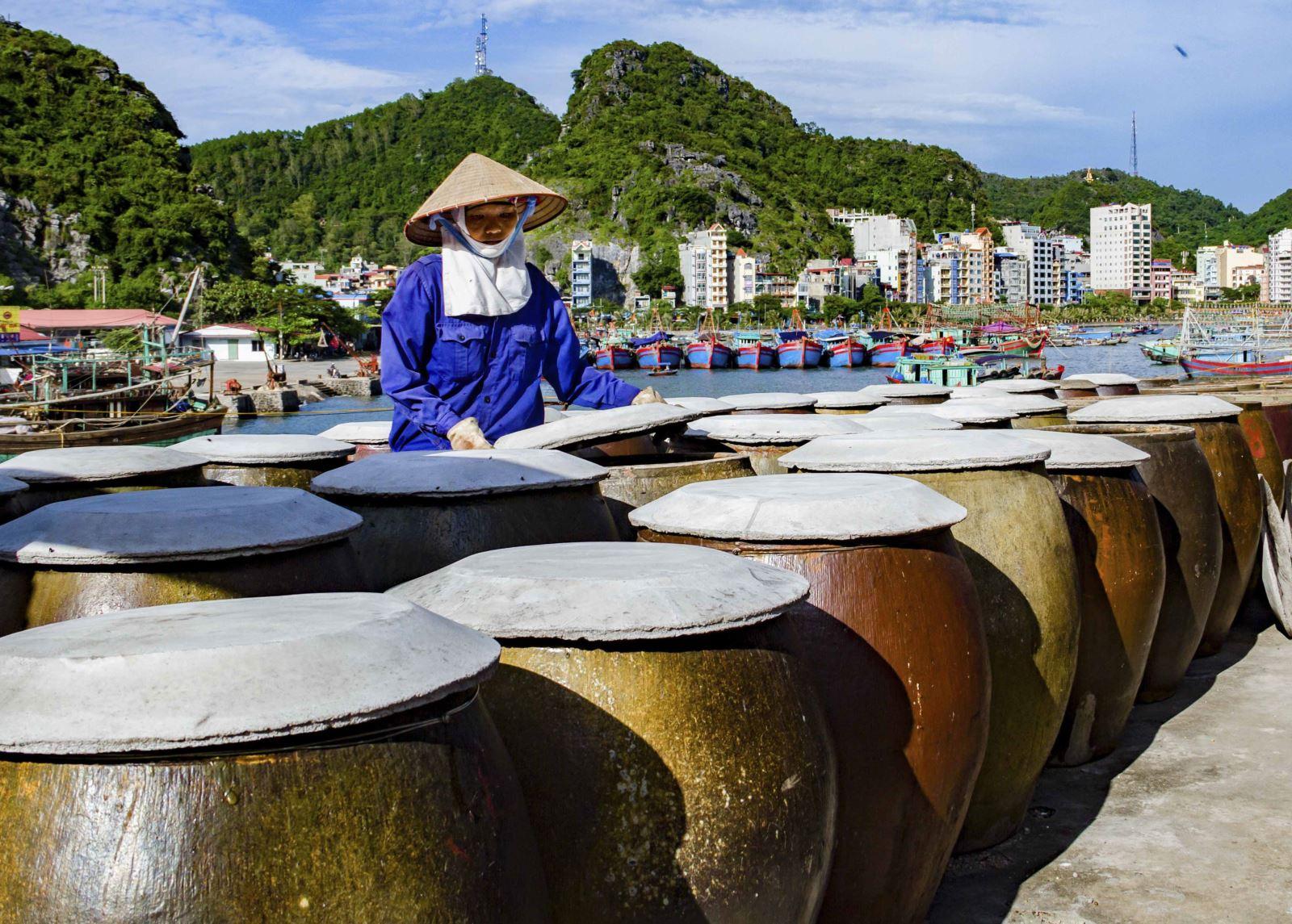 sản xuất nước mắm truyền thống tại Cát Hải ( Hải Phòng )