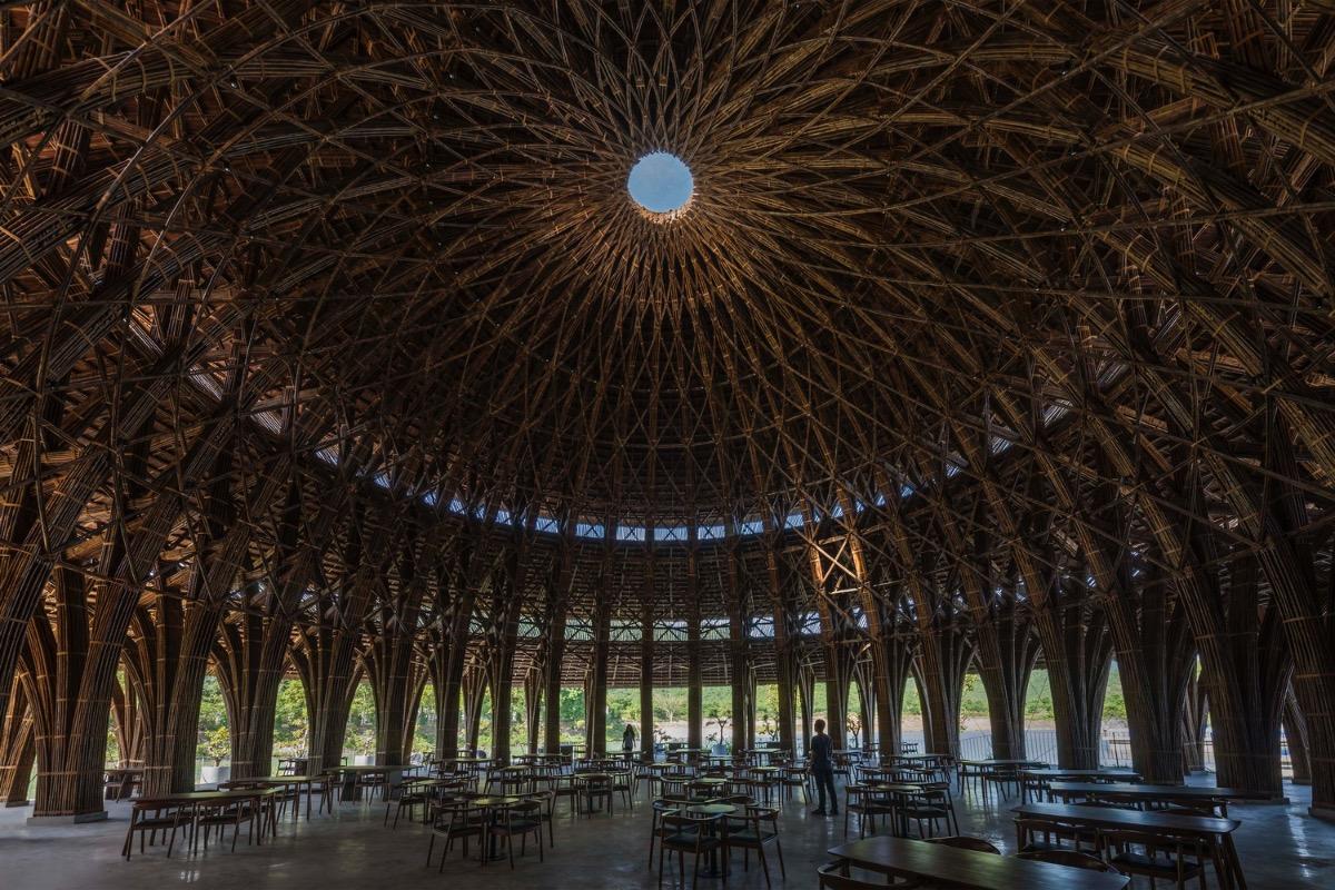 Mái nhà, lấy cảm hứng từ kiến trúc truyền thống, được làm từ 36 khung tre.