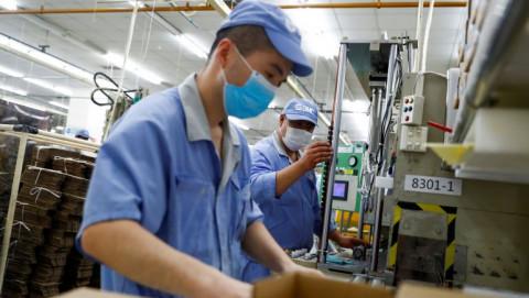 Sản xuất tại Trung Quốc phục hồi chậm lại do việc làm giảm