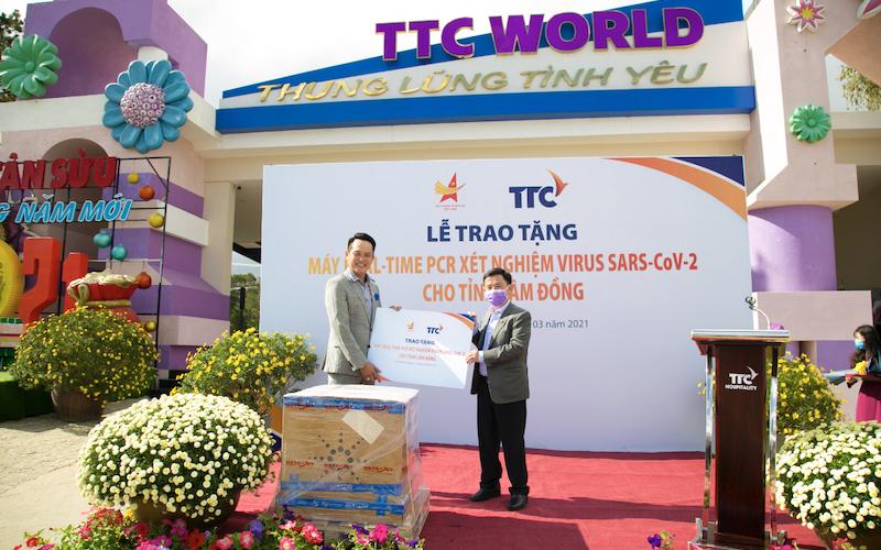 Ông Đặng Hồng Anh - Chủ tịch Hội Doanh nhân trẻ Việt Nam (bên trái), trao tặng máy xét nghiệm tự động virus SARS-CoVy 2