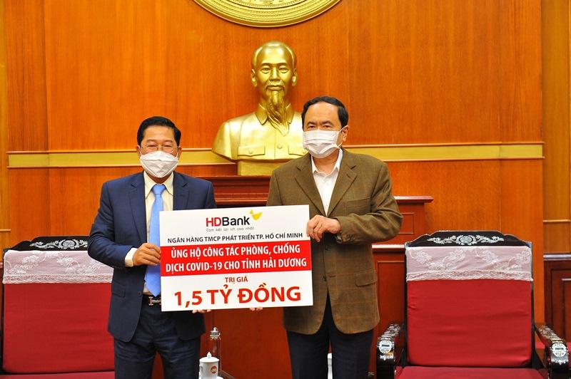 Ông Trần Thanh Mẫn (bên phải) - Ủy viên Bộ Chính trị, Chủ tịch Ủy ban TWMTTQ Việt Nam và Ông Phạm Quốc Thanh - Tổng Giám đốc HDBank tại buổi lễ trao tặng 1,5 tỷ đồng hỗ trợ tỉnh Hải Dương chống dịch Covid-19