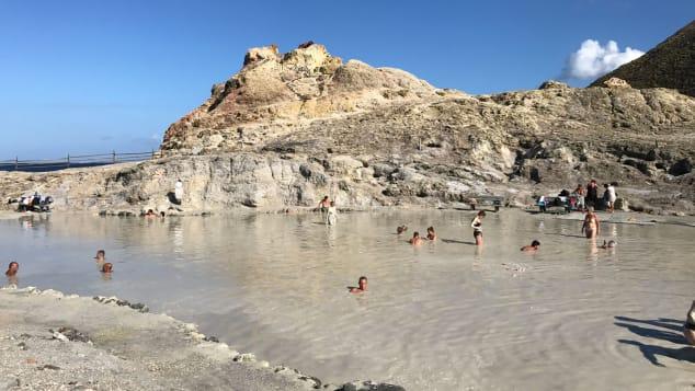 Vulcano có nhiệt độ hợp lý ấm áp quanh năm và hoạt động liên tục của núi lửa giúp giữ cho nước biển trong lành dễ chịu.