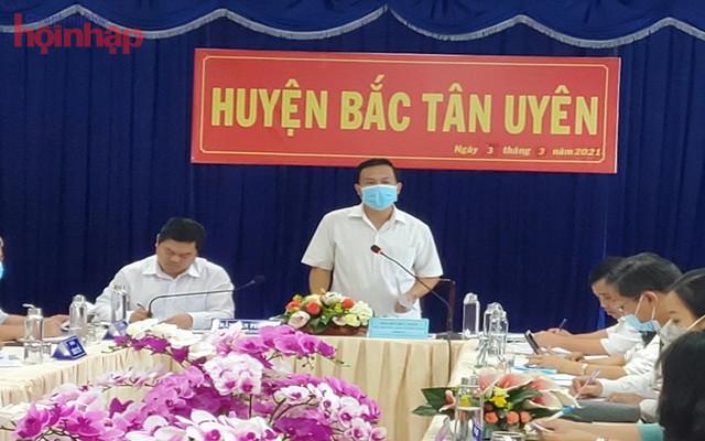 Ông Bùi Hữu Toàn, Phó Ban Tuyên Giáo Tỉnh ủy Bình Dương đang làm việc về công tác phòng, chống dịch bệnh với Ban chỉ đạo huyện Tân Uyên – Bắc Bình Dương.