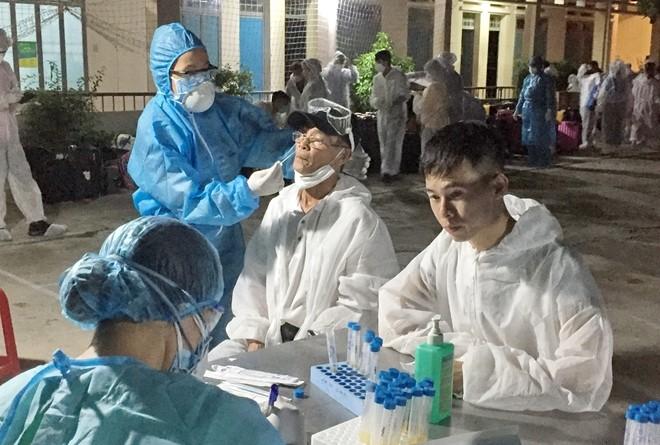 Cơ quan y tế ở Khánh Hòa lấy mẫu bệnh phẩm của người trở về từ nước ngoài