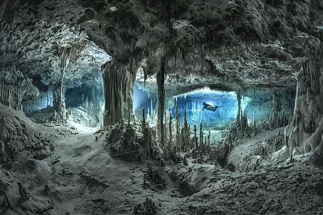 Mê mẩn với cảnh đẹp tuyệt trần của hang động dưới nước trong rừng rậm