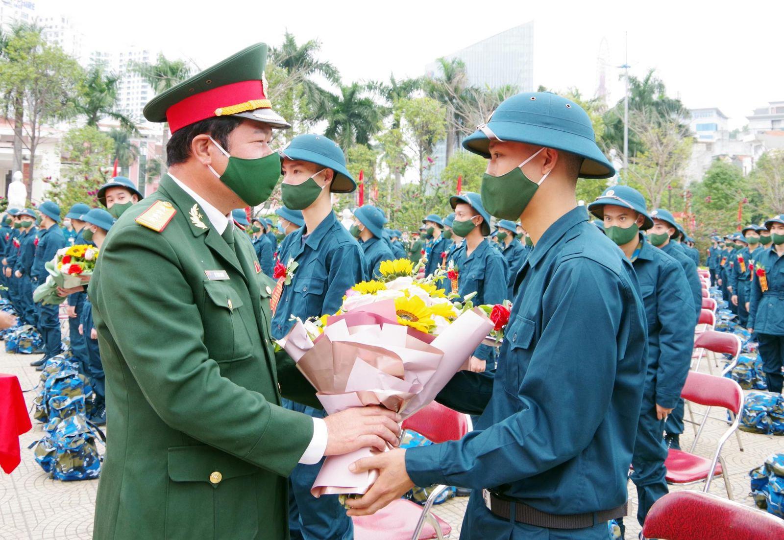 Đợt giao nhận quân đầu năm 2021, TP Hạ Long tuyển chọn và gọi 330 tân binh tham gia nghĩa vụ quân sự, trong các đơn vị: Quân chủng Phòng không Không quân, Tổng cục Kỹ thuật (Bộ Quốc phòng), Bộ Tư lệnh Bộ đội Biên phòng, Bộ Chỉ huy quân sự tỉnh. Đồng thời, có 33 công dân tham gia thực hiện nghĩa vụ công an nhân dân.