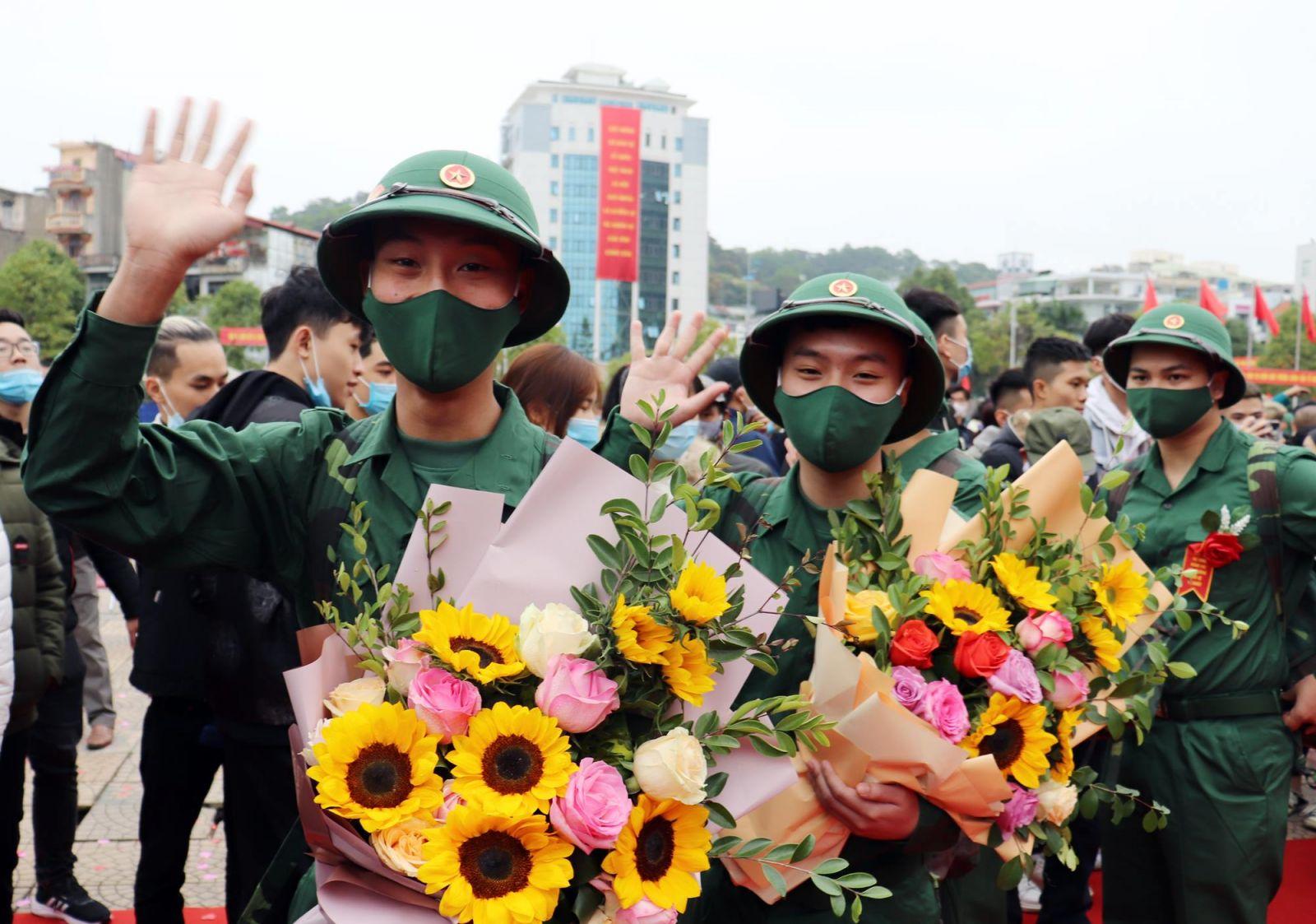 Sáng 3/3, 13/13 huyện, thị xã, thành phố trên địa bàn tỉnh Quảng Ninh đồng loạt tổ chức lễ giao nhận quân năm 2021.