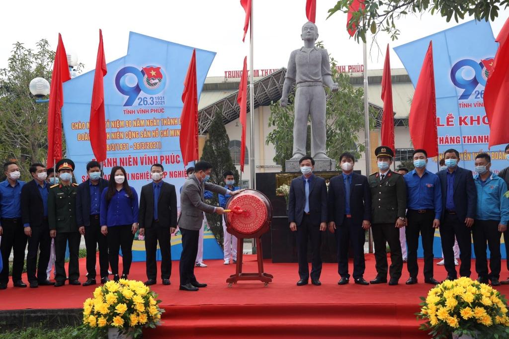 Đồng chí Vũ Việt Văn, Phó Chủ tịch Thường trực UBND tỉnh Vĩnh Phúc đánh trống khởi động Tháng Thanh niên năm 2021