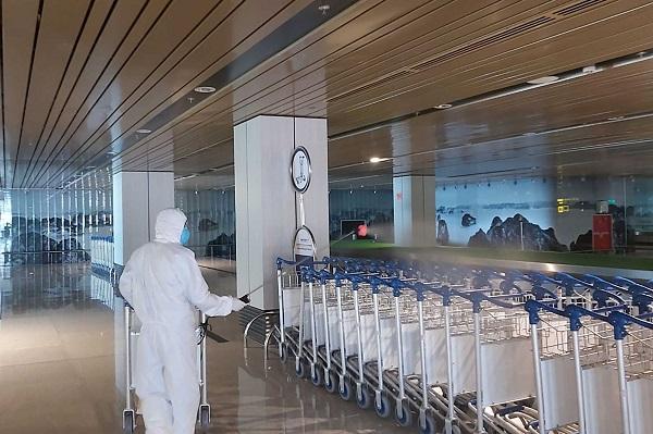 Thực hiện phun dung dịch sát khuẩn tại Cảng Hàng không Quốc tế Vân Đồn