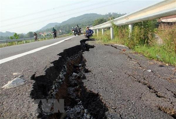 Hình ảnh một vết lún nứt nghiêm trọng trên tuyến đường vượt cao tốc Đà Nẵng-Quãng Ngãi