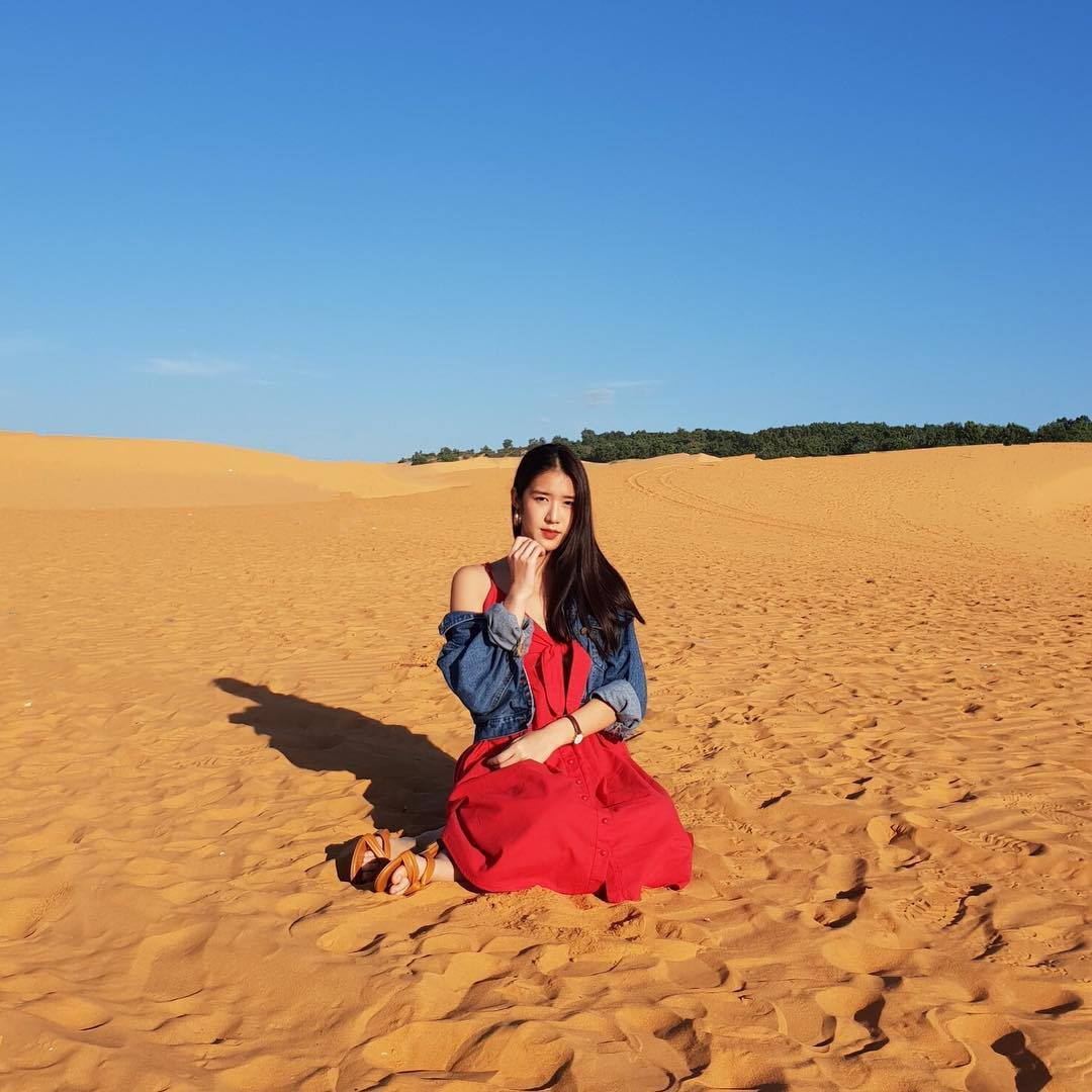 Du khách chụp ảnh tại Đồi cát Đỏ (nguồn: Internet)
