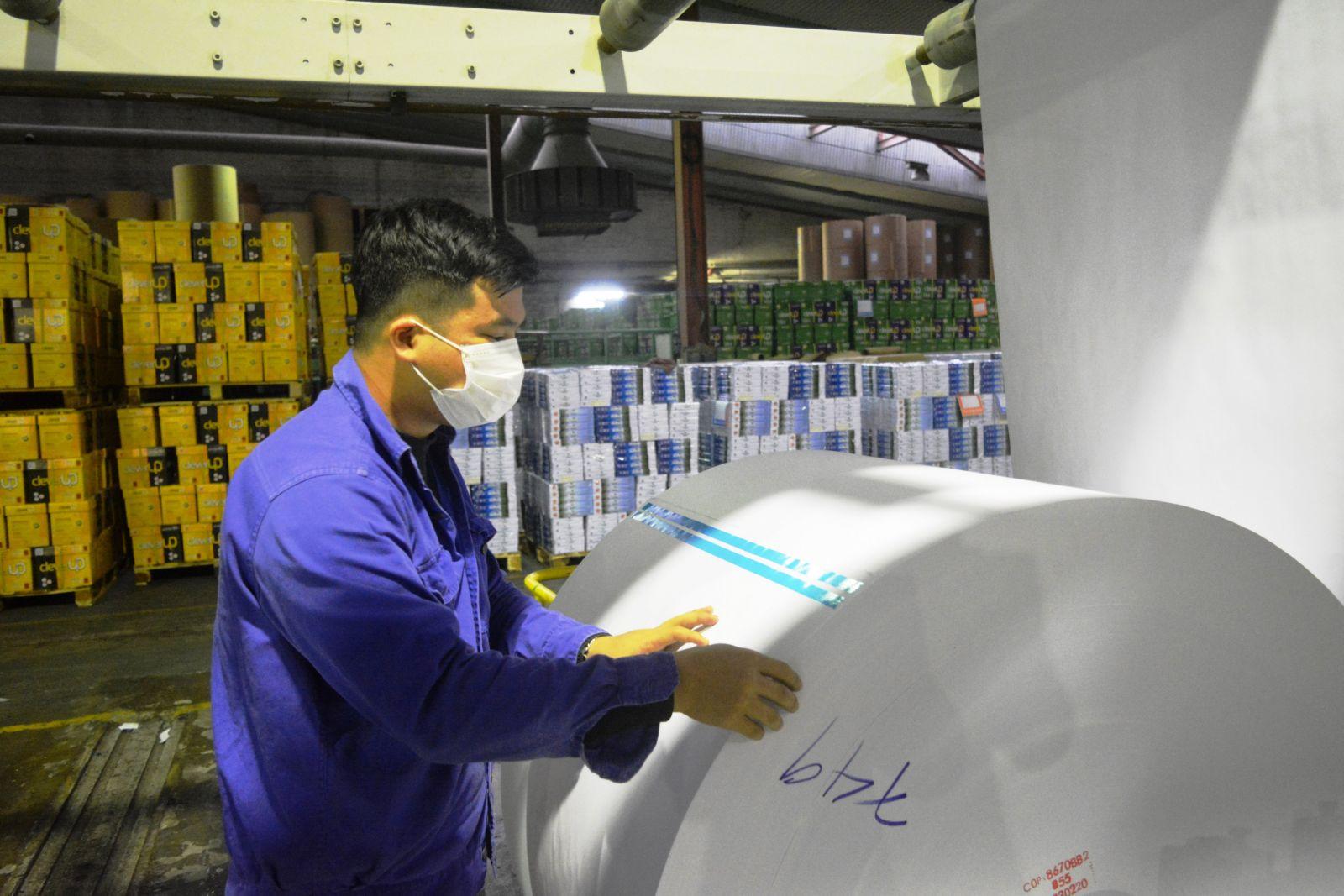 Công nhân Tổng công ty Giấy Việt Nam vừa sản xuất vừa phòng dịch
