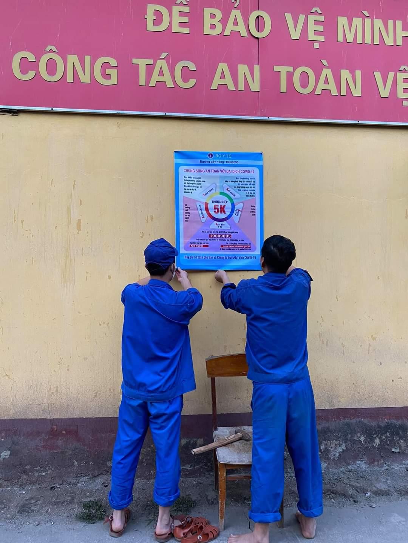 Công nhân Công ty CP Supe Phốt phát và Hóa chất Lâm Thao căng biểu ngự thực hiện 5K theo khuyến cáo của Bộ y tế