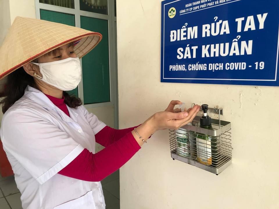 Điểm rửa tay, sát khuẩn tại các phòng ban, phân xưởng của Công ty CP Supe Phốt phát và Hóa chất Lâm Thao