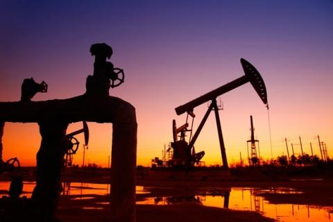 Giá dầu thế giới tăng mạnh sau khi OPEC+ tuyên bố duy trì mức hạn chế sản lượng