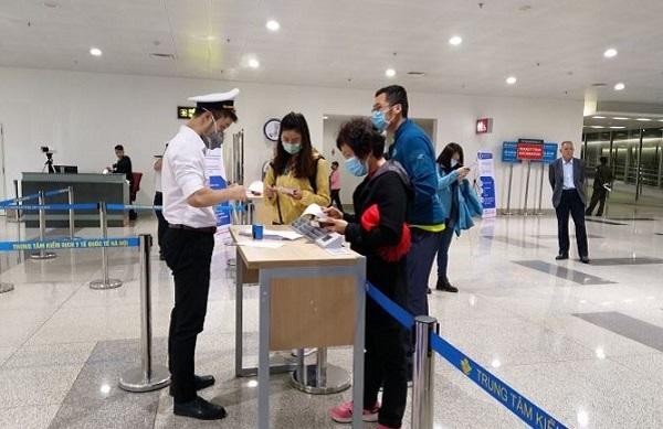 Hành khách thực hiện tờ khai y tế bắt buộc tại Cảng hàng không quốc tế sân Nội Bài