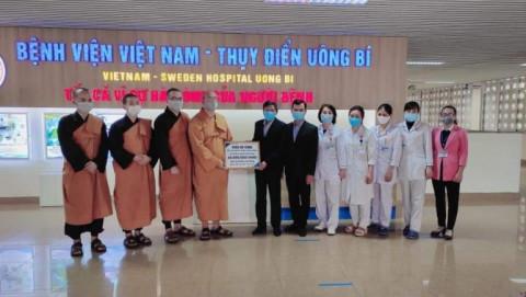 Chùa Ba Vàng trao 25 phần quà hỗ trợ cho bệnh nhân chạy thận có hoàn cảnh khó khăn đang điều trị tại Bệnh viện Việt Nam - Thụy Điển Uông Bí