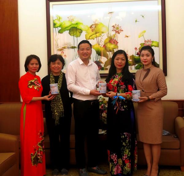 Natrumax tặng quà cho Trung tâm Phụ nữ và Phát triển với tổng giá trị gần 70 triệu đồng