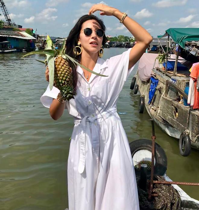 Miss Carolyn Whitney Carter - Hoa hậu Trái đất Quần đảo Virgin, Mỹ năm 2016 trong một lần đến chợ nổi Cái Răng (Ảnh: Internet)