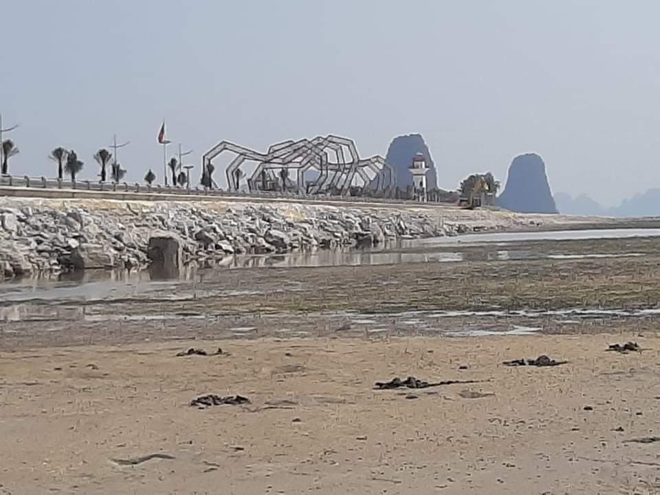 Công ty CP ĐTXD Đô Thị Phương Đông đổ hàng nghìn m3 đất đá xuống Vịnh Bái Tử Long ( bãi triều) nơi khai thác hải sản của người dân Vân Đồn.