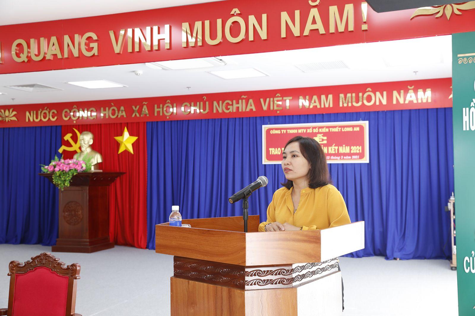 Bà Lê Thị Cẩm Tú PCT UBMTTQVN tỉnh Long An phát biểu tại buỗi lễ