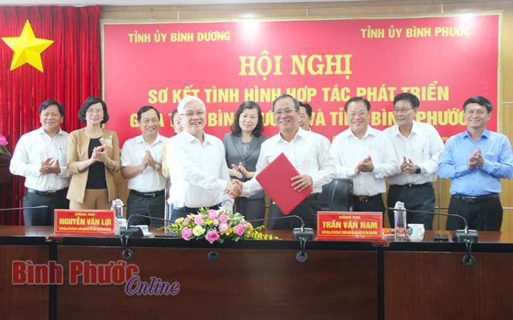 Đại diện Ban Thường vụ Tỉnh ủy 2 tỉnh chứng kiến và ký kết ghi nhớ hợp tác phát triển giữa Bình Dương - Bình Phước
