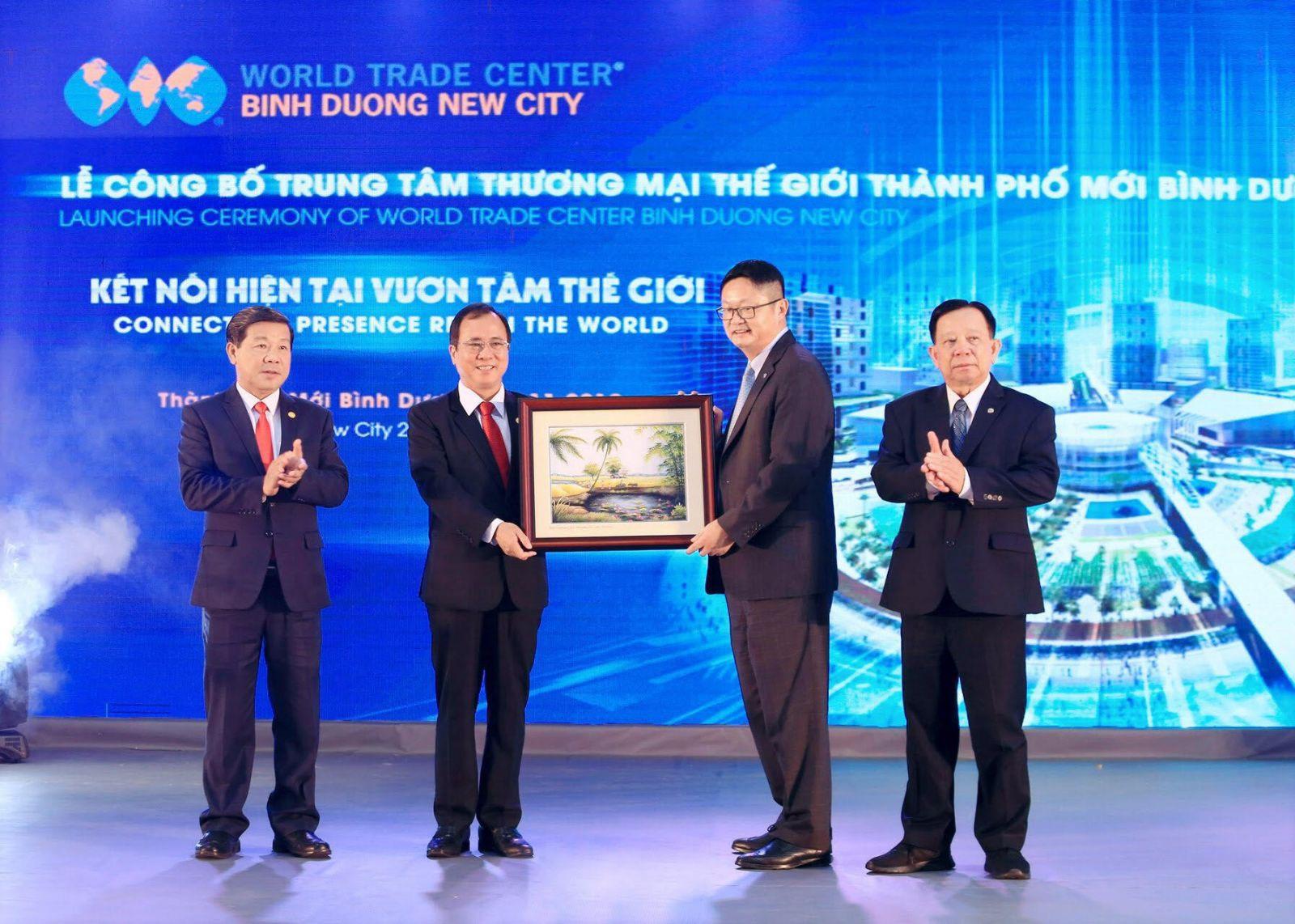 Lãnh đạo tỉnh Bình Dương và Lãnh đạo Becamex trao quà lưu niệm cho Ông Scott Wang - Phó chủ tịch WTCA - Phụ trách thị trường Châu Á Thái Bình Dương tại Lễ công bố WTC BDNC