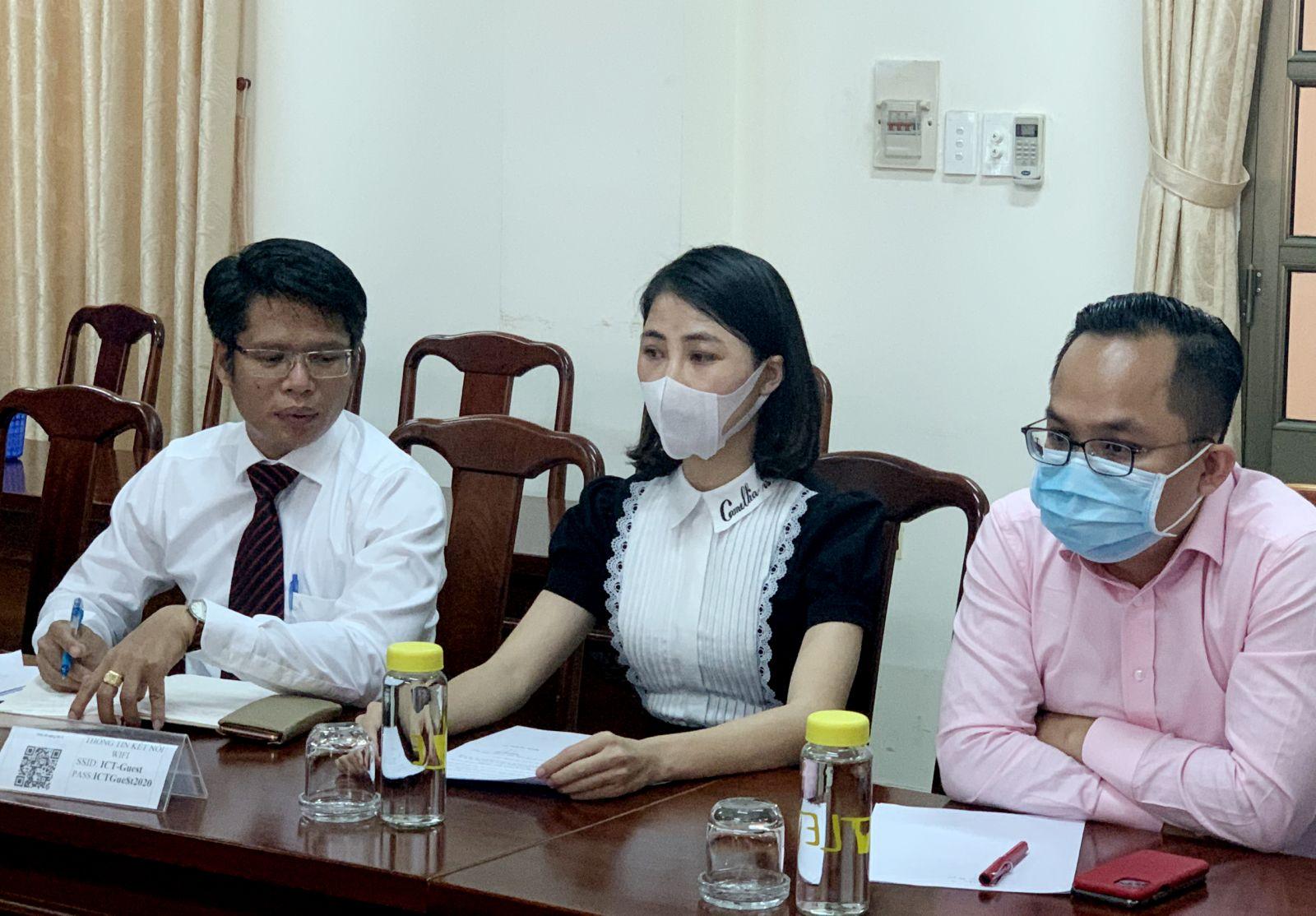 YouTuber Thơ Nguyễn (ở giữa) tại buổi làm việc với Thanh tra Sở Thông tin - Truyền thông tỉnh Bình Dương