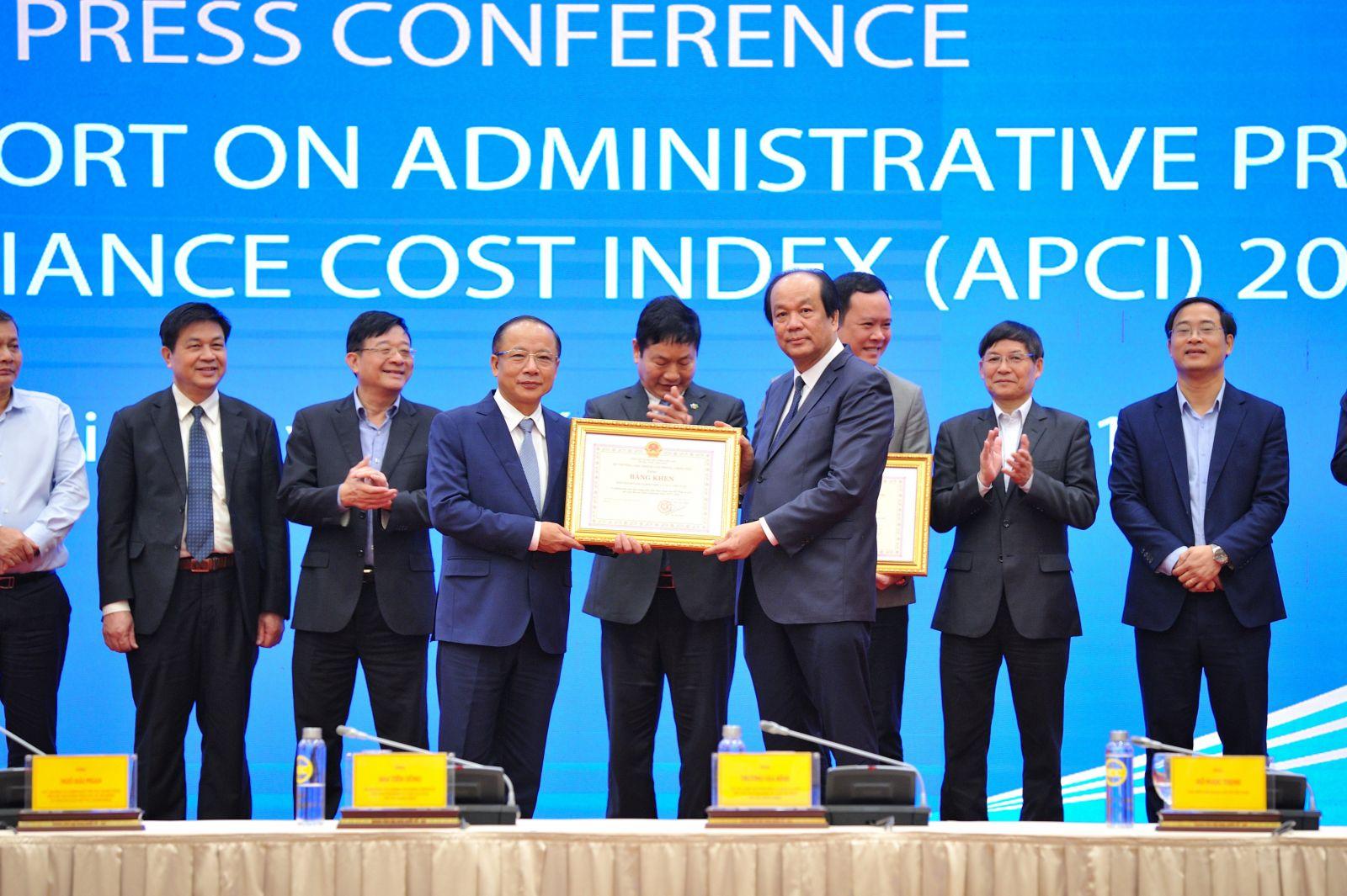 TS. Nguyễn Văn Thân - Chủ tịch Hiệp hội doanh nghiệp nhỏ và vừa Việt Nam (VINASME) đã được tặng bằng khen tập thể và cá nhân có thành tích xuất sắc trong triển khai hoạt động của hội đồng tư vấn CCTTHC giai đoạn 2017-2020.