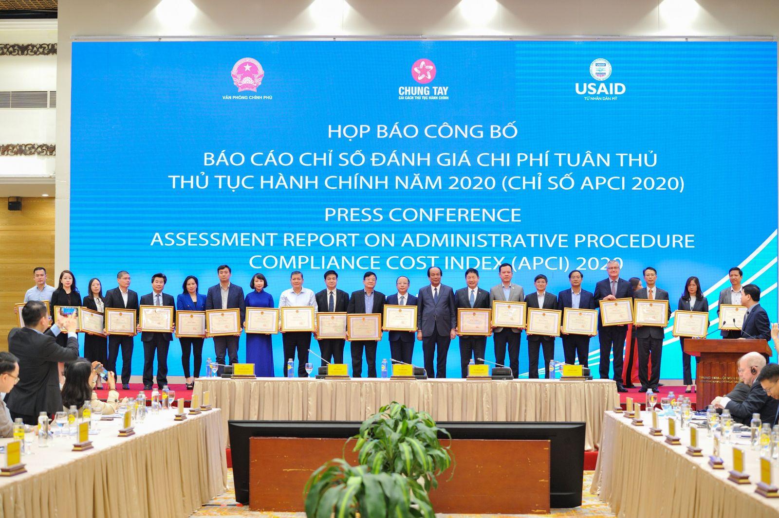 Các tập thể và cá nhân có thành tích xuất sắc trong triển khai hoạt động của hội đồng tư vấn CCTTHC giai đoạn 2017-2020