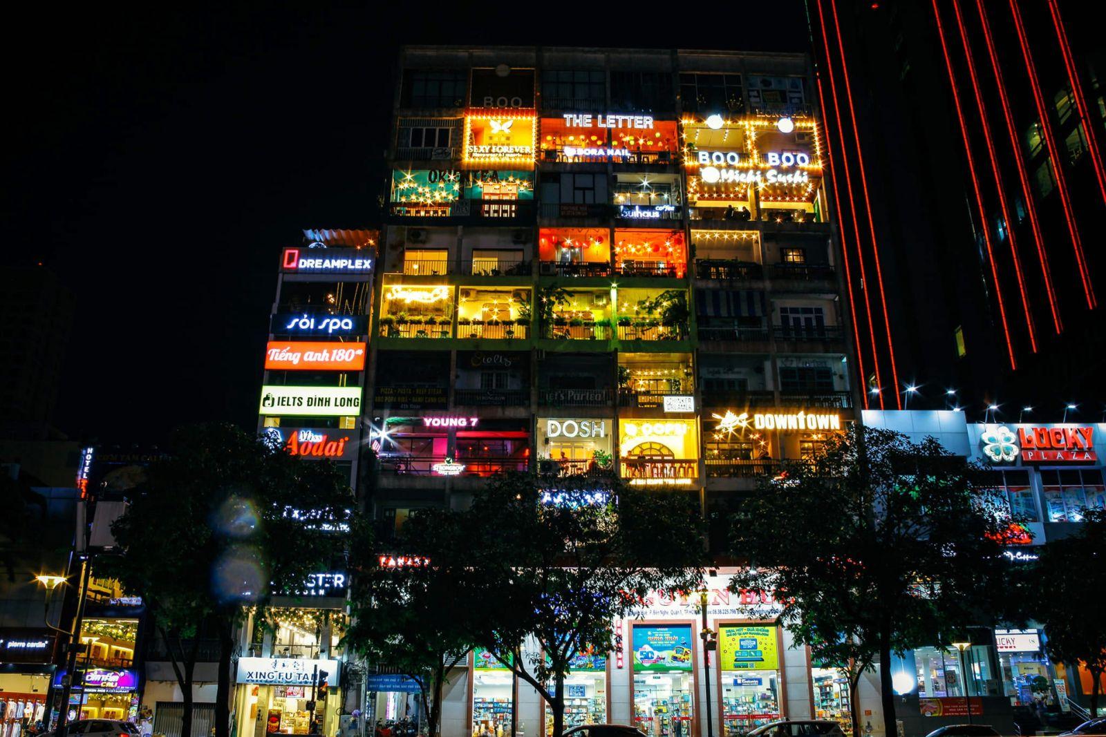 Các công trình nổi tiếng ở TP.HCM giữa trời đêm
