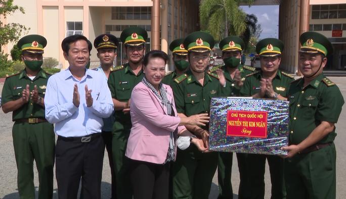 Đồng chí Nguyễn Thị Kim Ngân thăm lực lượng chống dịch tuyến biên giới Kiên Giang