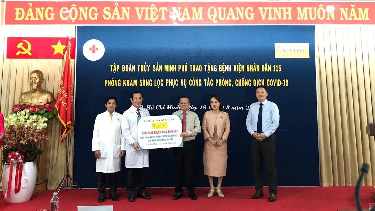 Ông Lê Văn Quang - Tổng giám đốc Tập đoàn Thủy sản Minh Phú trao tặng phòng khám sàng lọc cho người bệnh ngoại trú cho đại diện lãnh đạo của Bệnh viện Nhân dân 115