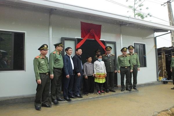 Bộ trưởng Bộ Công an Tô Lâm cùng lãnh đạo tỉnh Thanh Hóa trao nhà cho người dân