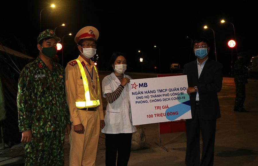 Ngân hàng TMCP Quân đội ủng hộ 100 triệu đồng cho 3 lực lượng tuyến đầu chống dịch