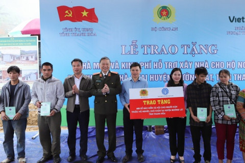 BHXH Việt Nam trao tặng 600 sổ bảo hiểm xã hội cho các hộ nghèo tại huyện Mường Lát, Thanh Hóa