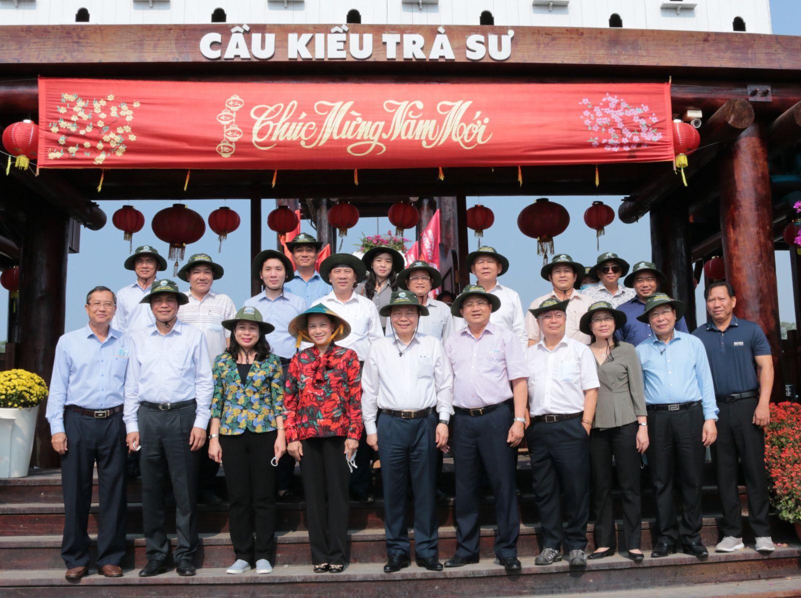 Chủ tịch Quốc hội Nguyễn Thị Kim Ngân, cùng đoàn công tác trung ương đã đến thăm Khu du lịch sinh thái rừng tràm Trà Sư