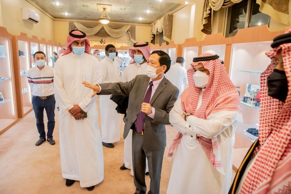 Đại sứ Vũ Viết Dũng giới thiệu về Phòng giới thiệu sản phẩm xuất khẩu. Ảnh Báo Quốc tế
