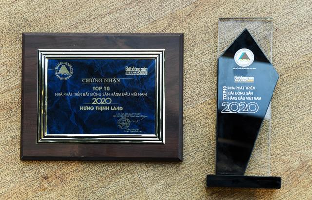 Kỉ niệm chương và chứng nhận Top 10 nhà phát triển Bất động sản hàng đầu Việt Nam 2020 dành cho Hưng Thịnh Land - Thành viên nòng cốt của Tập đoàn Hưng Thịnh, phụ trách việc đầu tư và phát triển hơn 100 dự án bất động sản với quỹ đất trên 4.500ha.
