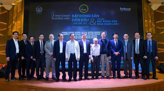 Đại diện các chuyên gia tham gia thảo luận trong Tọa đàm chụp ảnh lưu niệm tại sự kiện